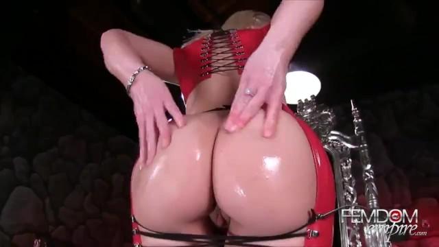 Blonde Bubble Butt Milf